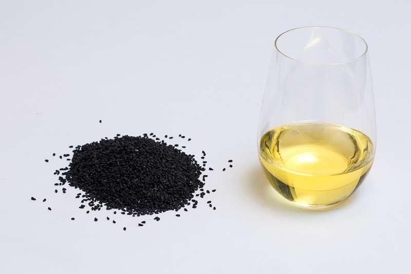 Olje črne kumine tudi nahrani in navlaži kožo