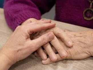 Pomoč starejšim tako obsega opravljanje osnovnih stvari